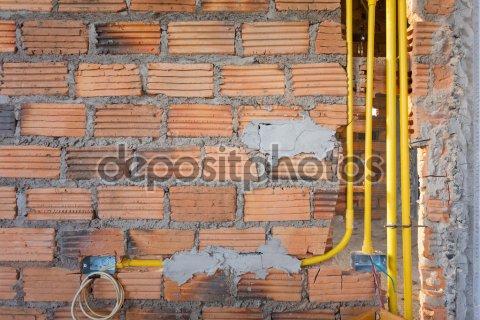 Кирпичная стена в жилой дом
